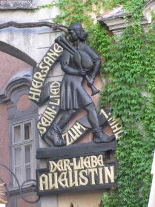 """Gedenkplakette des """"Lieben Augsutin"""" an der Wand des Griechenbeisl in Wien"""