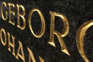 Grabinschrift vergoldet mit Blattgold