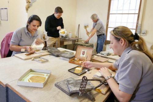 verschieden Arbeiten bei der Herstellung von Blattgold