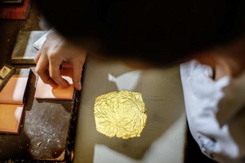 Der letze Arbeitsschritt bei der Produktion - das Schneiden des Blattgolds und einlegen in Büchlein