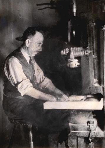 Firmengründer Alois Wamprechtsamer beim Schlagen des Blattgolds am Federhammer