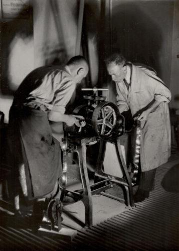 Firmengründer Alois Wamprechtsamer beim Walzen des Blattgolds